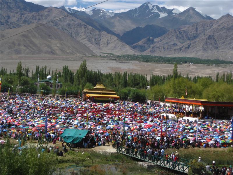 Migliaia di tibetani e ladaki accorrono agli insegnamenti di Sua Santità il XIV Dalai Lama a Choklamsar, vicino a Leh in Ladakh.