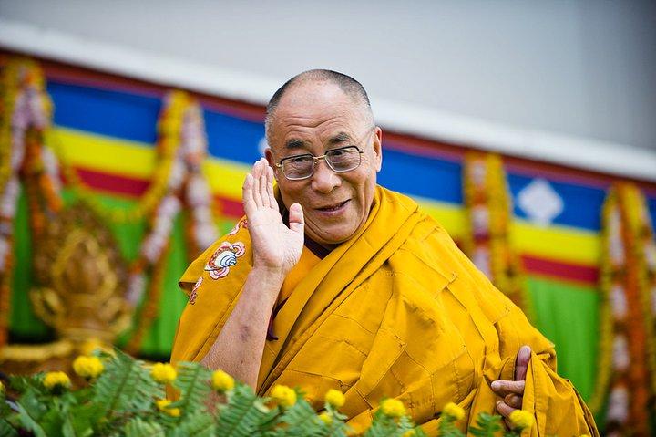 Sua Santità il Dalai Lama saluta sorridente le decine di migliaia di monaci e fedeli venuti da tutto il mondo per ascoltare i suoi insegnamenti a Sarnath - Varanasi, India.