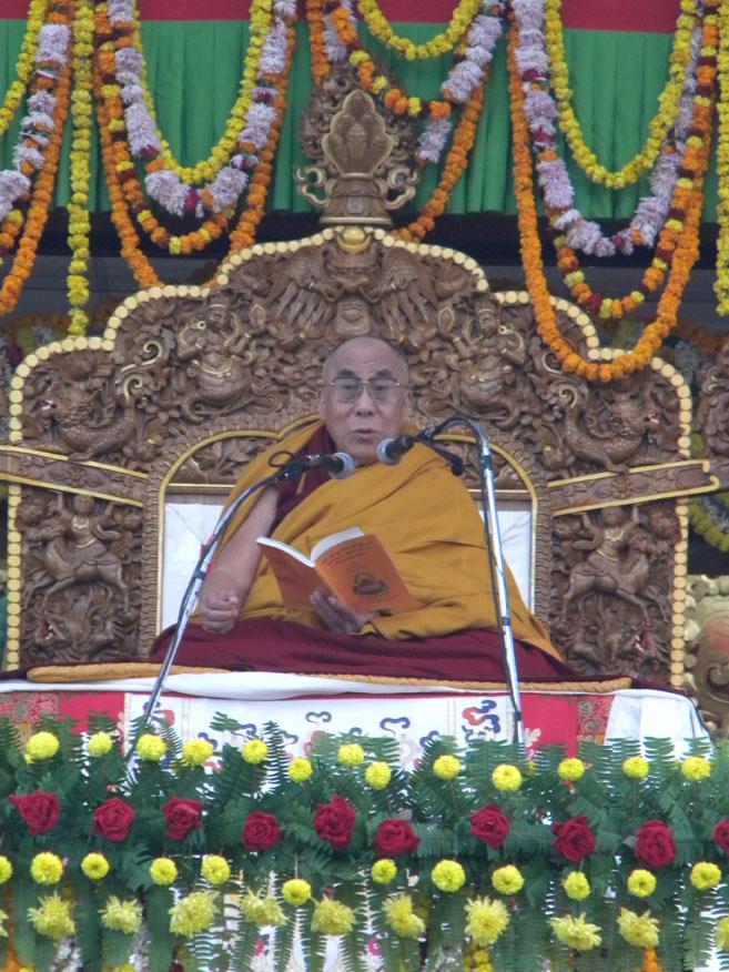 """Sua Santità il Dalai Lama a Sarnath India il pomeriggio del 12 gennaio 2011 (primo giorno) mentre impartisce i suoi preziosi Insegnamenti di su """"Gli stadi intermedi di meditazione"""" di Acharya Kamalashila e """"La via del Bodhisattva"""" o Bodhisattvacharyavatara di Shantideva."""