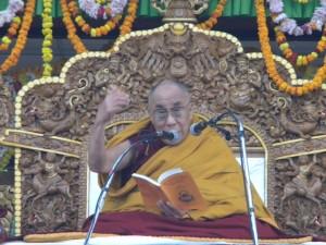 Sua Santità il Dalai Lama: Vivere in solitudine, non tanto dal punto di vista fisico: ma solitudine intesa come non aver tanti pensieri, senza tante preoccupazioni.  Un buon modo per contenere l'ego e l'eccessivo attaccamento è meditare sugli svantaggi del corpo fisico. In solitudine, il corpo e la mente non vengono abbandonati dalle distrazioni.