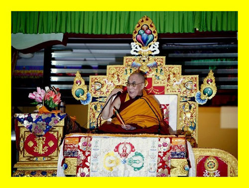 Sua Santità il Dalai Lama: Nel recente meeting in Giappone contro la proliferazione delle armi nucleari, ho ribadito che non credo che la pace mondiale possa realizzarsi sulla base di preghiere, ma sulla base dello sforzo e dell'impegno concreto a favore della pace.