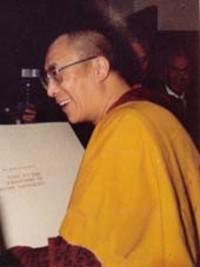 Sua Santità il Dalai Lama: Al fine di raggiungere l'illuminazione per il bene degli esseri senzienti, dovremmo essere felici e disposti a trascorrere innumerevoli eoni nei più bassi inferni. Questo è ciò che s'intende prendere su noi stessi le sventure che affliggono gli altri.