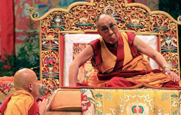 """Matthieu Ricard parla a Sua Santità il Dalai Lama, che ha asserito: """"La mente che medita lo fa per trasformarsi in quell'entità d'amore e compassione, perciò quando la sua coscienza si trasforma, genera appunto amore e compassione""""."""