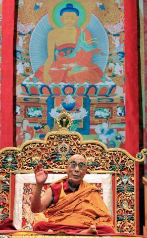 """Sua Santità il Dalai Lama: """"Non esiste alcun io indipendente, che non esiste alcuna esistenza indipendente, che è di conseguenza priva di senso la concezione d'un esistenza indipendente dei fenomeni ed lo e' ancor più l'atteggiamento di forte senso d'attaccamento al se', a se' stessi, al proprio io""""."""