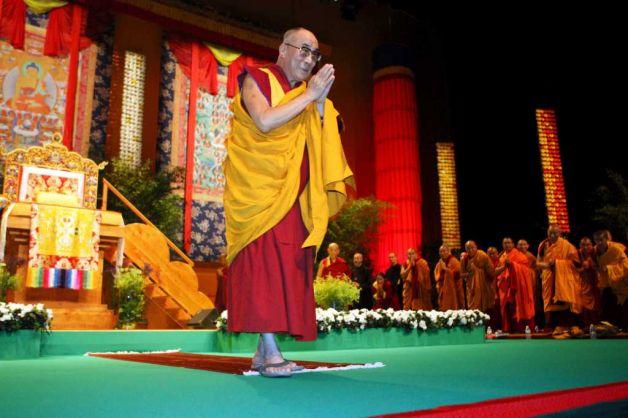 """Sua Santità il Dalai Lama a Tolosa: """"Non limitatevi alle citazioni, non basatevi semplicemente sulle citazioni, nemmeno se l'ha detto il Buddha. Tutto va confrontato con l'esperienza: così s'approfondisce la visione filosofica""""."""