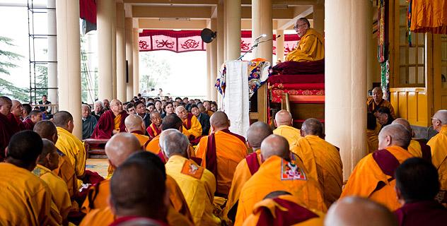 """Sua Santità il Dalai Lama: """"Il fatto che il Buddha abbia raggiunto l'illuminazione è perché noi tutti possediamo la natura del Buddha""""."""