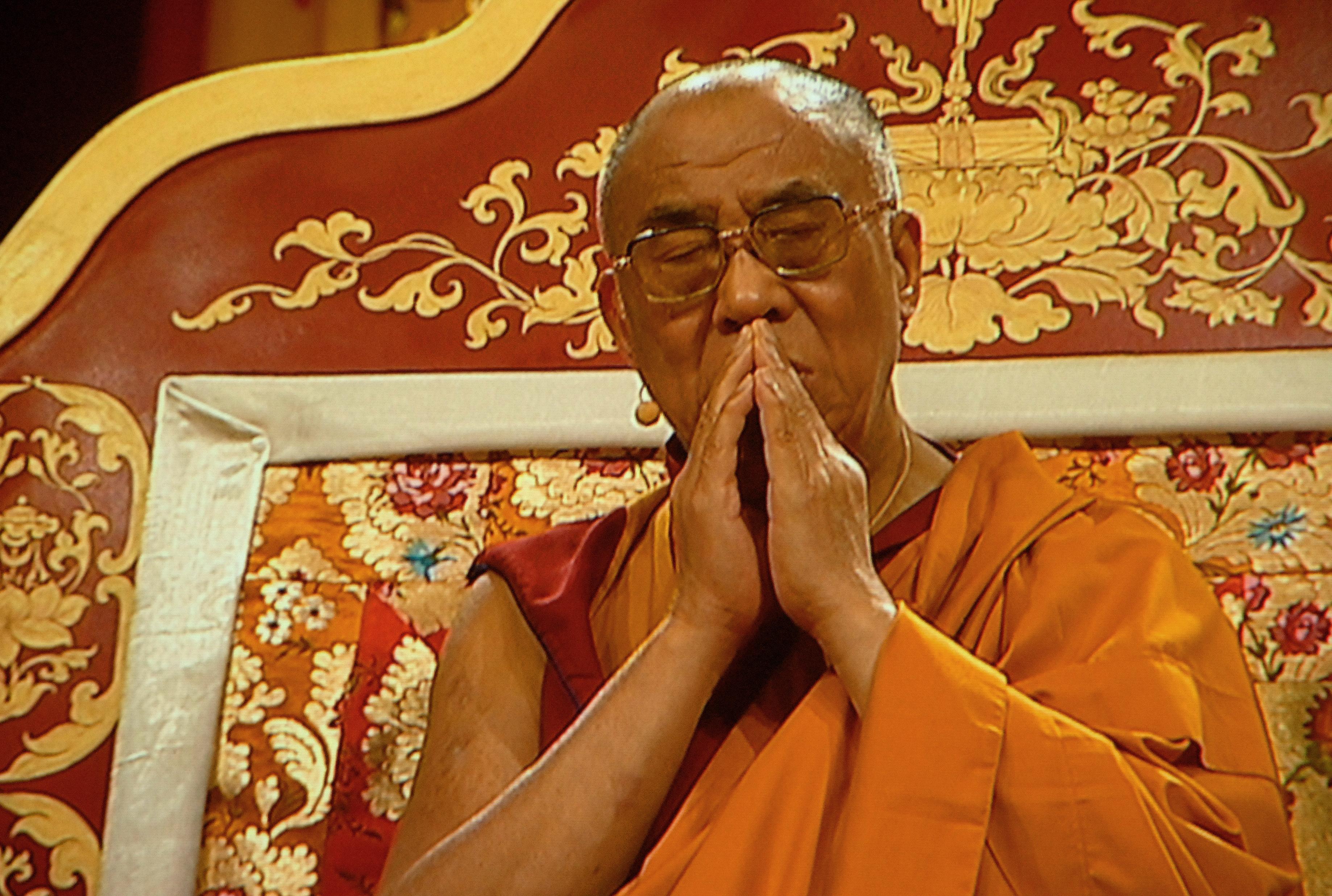 """Sua Santità il Dalai Lama: """"Un praticante che abbia raggiunto una certa comprensione della vastità e della profondità delle dottrine buddhiste raccolte ed esposte da antichi maestri buddhisti indiani quali Nagarjuna, Asanga, Vasubandhu, Dharmakirti ed altri ancora, rispetterà immediatamente ogni lignaggio del Dharma per il suo proprio valore. Anche noi dovremmo cercare di seguire questo tipo di approccio eclettico messo in pratica da innumerevoli maestri del passato."""""""