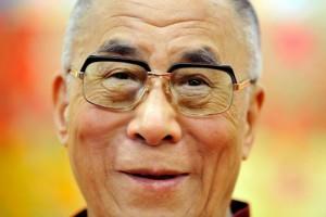 """Sua Santità il Dalai Lama: """"Proprio come il mondo ha prodotto una grande varietà di cibi differenti per soddisfare le singole esigenze di diversi popoli, la varietà di religioni e di soggetti religiosi è un fatto positivo, in quanto fornisce vie adatte a un numero più vasto di praticanti spirituali""""."""