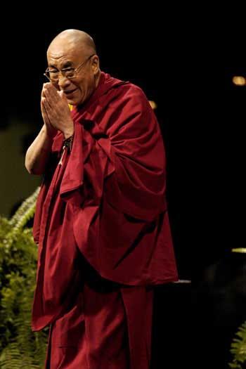 Sua Santità il Dalai Lama: La via più sensata è quella di pensare anche alla felicità del prossimo quando cerchiamo di realizzare la nostra.