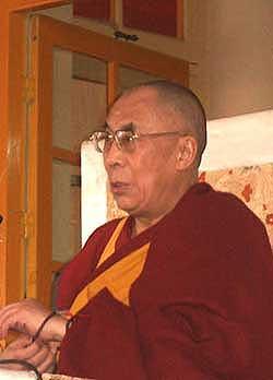 Sua Santità il Dalai Lama: La disciplina è l'ornamento supremo. E, sia indossata da vecchi, da giovani o da gente di mezza età, dà luogo solo alla felicità.
