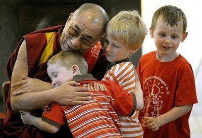 Sua Santità il Dalai Lama: la sincerità e la fede nella pratica religiosa, dall'altro lato la tolleranza religiosa e la cooperazione, costituiscono per l'umanità il primo livello della spiritualità.