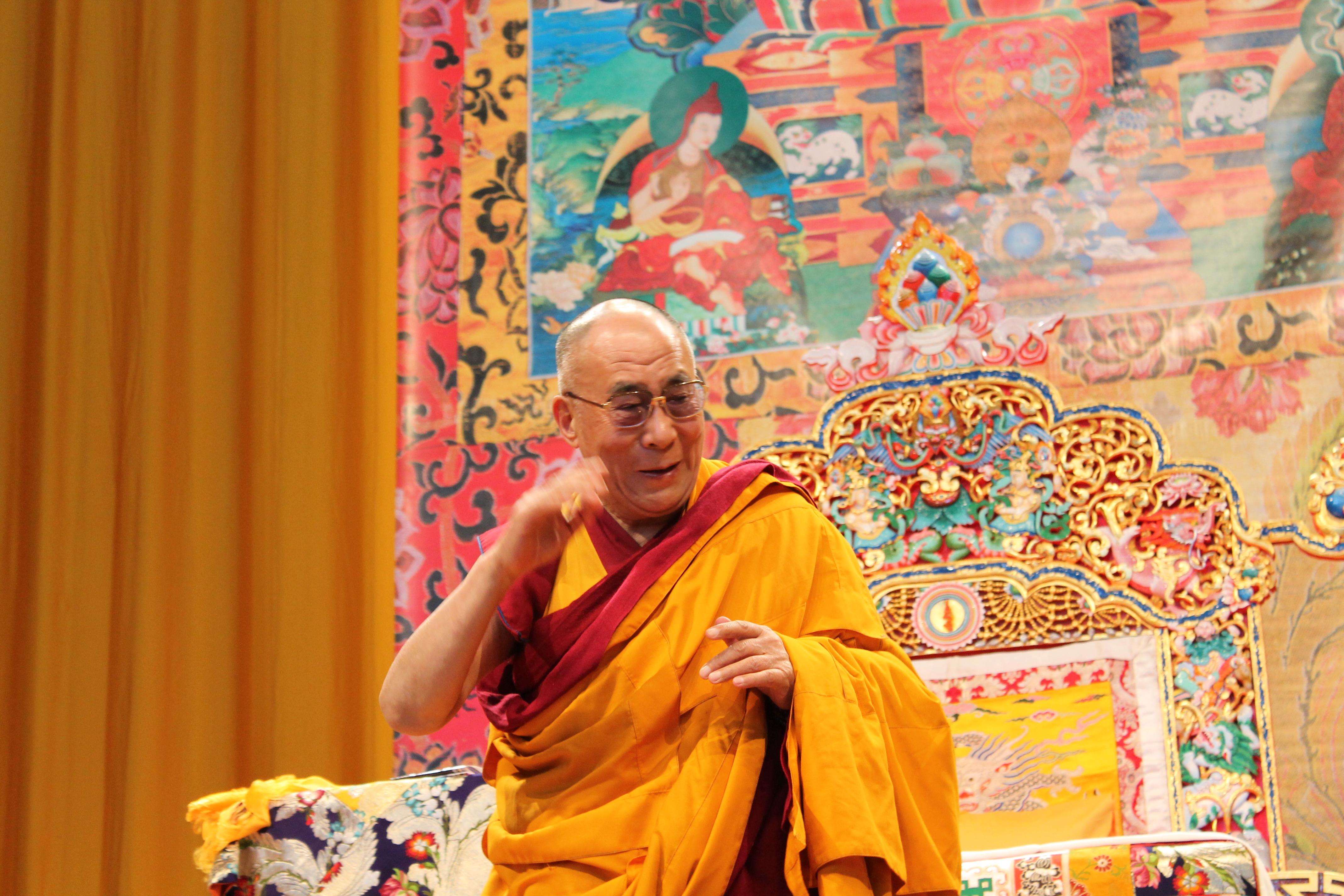 Sua Santità il Dalai Lama: E' importante essere entusiasti e contenti, portando la nostra gioia nelle abitudini di tutti i giorni, il che ci darà successo ed a livello mentale ci aumenterà la calma, la sicurezza interiore e anche l'autostima. La via interiore, che si sia credenti o no, è la strada da percorrere.