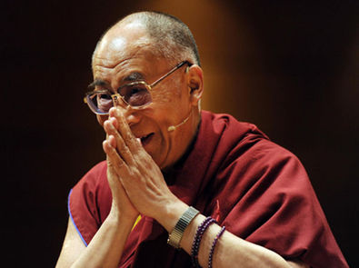Sua Santità il Dalai Lama: E poi, al di la della religione, la legge della causalità: se fai qualcosa di buono avrai buoni risultati, se fai del male ad altre persone dovrai affrontare cose brutte; quindi, per natura, vogliamo cose buone, non vogliamo ne' cose brutte ne' sofferenza.