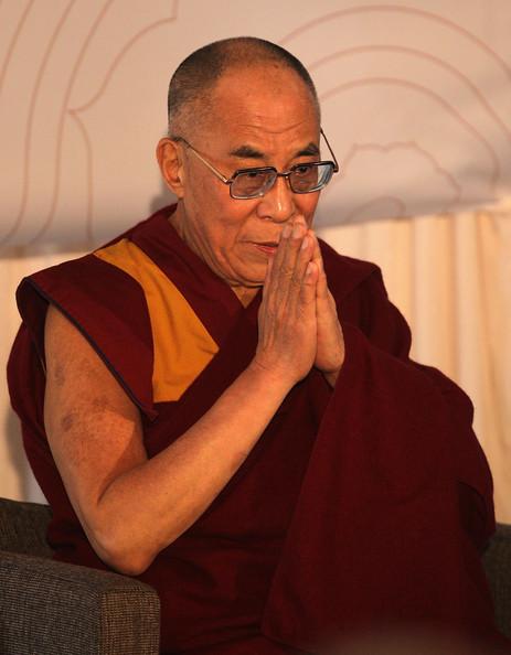 Sua Santità il Dalai Lama: Quando sorgeranno le emozioni, non saranno così potenti da farvi ignorare l'impatto delle vostre azioni sugli altri esseri senzienti. E' per questi motivi che si suggerisce il riconoscimento degli altri come superiori a noi stessi.