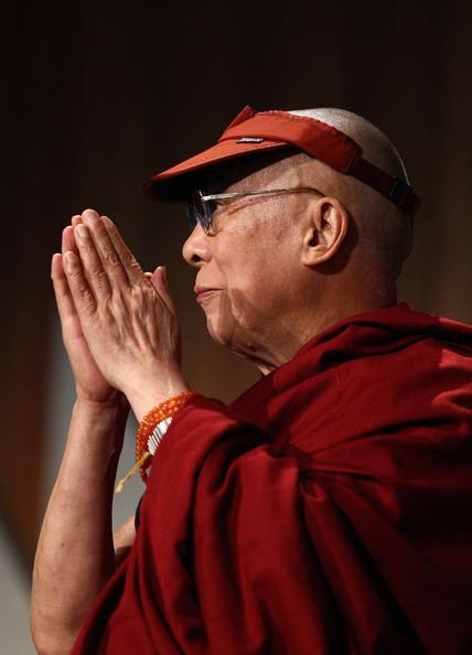 Sua Santità il Dalai Lama: Tutti i fenomeni che sono causa d'altri fenomeni a loro volta sono vuoti d'esistenza intrinseca.