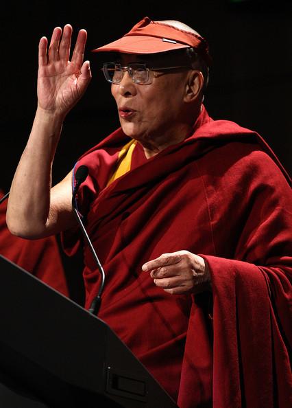Sua Santità il Dalai Lama: Nel Primo Giro della Ruota del Dharma il Buddha espresse la concezione delle Quattro Nobili Verità, il rapporto di causa – effetto che lega i fenomeni, spiegando anche come le cose esistono e quali sono le qualità da coltivare e d'adottare, come pure le negatività d'eliminare.
