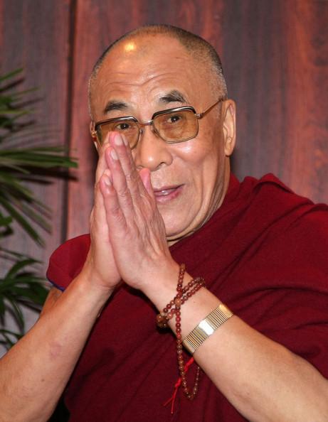 Sua Santità il Dalai Lama: Nella Prima Ruota del Dharma il Buddha illustra le Quattro Nobili Verità, nel secondo Giro della Ruota del Dharma il Buddha espone i sutra su cui si fonda il Grande Veicolo, mentre nel Terzo il Buddha esprime i significati da interpretarsi in ordine ai fenomeni veramente esistenti e non.