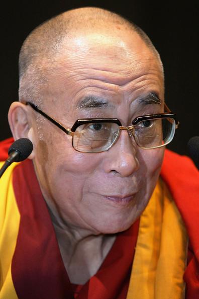 Sua Santità il Dalai Lama: La sofferenza trae origine dalla ignoranza della realtà vera dei fenomeni, dall'incomprensione che i fenomeni sono vuoti d'un sé permanente. Evitiamo di cadere nell'attaccamento per questa vita.