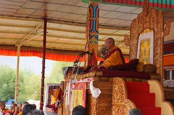 Sua Santità il Dalai Lama: Troppo senso di preoccupazione per gli altri potrebbe creare qualche disturbo, che scompare spontaneamente, se si fa in modo di sviluppare una grande attenzione verso gli altri.