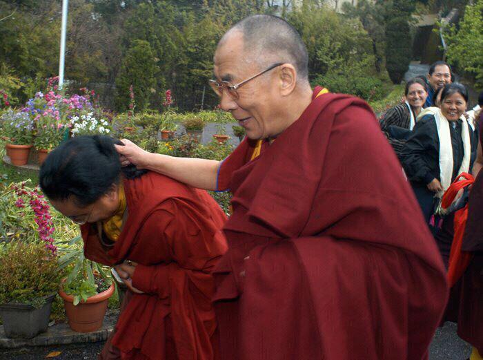 """Sua Santità il Dalai Lama: """"Se un problema è risolvibile, se una situazione è tale per cui potete fare qualcosa per essa, allora non è necessario che vi preoccupiate"""", ha detto loro. """"Se non è risolvibile, allora non riceverete alcun aiuto. Non c'è beneficio nel preoccuparsi in ogni caso""""."""