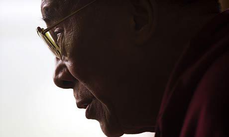 """Sua Santità il Dalai Lama: Concentriamoci perciò a pensare: """"Possa io, fisicamente, verbalmente e mentalmente essere in grado di beneficiare gli altri esseri senzienti""""."""