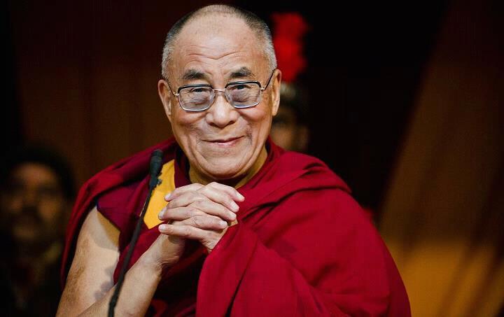"""Sua Santità il Dalai Lama: Aryadeva nelle sue Quattrocento stanze diceva: """"Tutte le emozioni affliggenti sono sostenute dall'ignoranza. Solo eliminando l'ignoranza riusciamo ad eliminare tutte le emozioni affliggenti"""". Sorge allora la domanda: come eliminiamo l'ignoranza? Di nuovo, nello stesso testo delle Quattrocento stanze, Aryadeva afferma: """"Se vediamo, se siamo consapevoli dell'origine dipendente, allora l'ignoranza non sorgerà""""."""