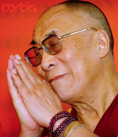 Sua Santità il Dalai Lama: La necessità della cooperazione non può che rafforzare l'umanità, perché ci aiuta a riconoscere che il fondamento più sicuro per il nuovo ordine mondiale: non sono semplicemente più ampie alleanze politiche ed economiche, ma piuttosto la pratica genuina di amore e compassione di ogni individuo. Per un futuro migliore, più felice, più stabile e civile, ognuno di noi deve sviluppare un sincero, cordiale sensazione di fratellanza e sorellanza.