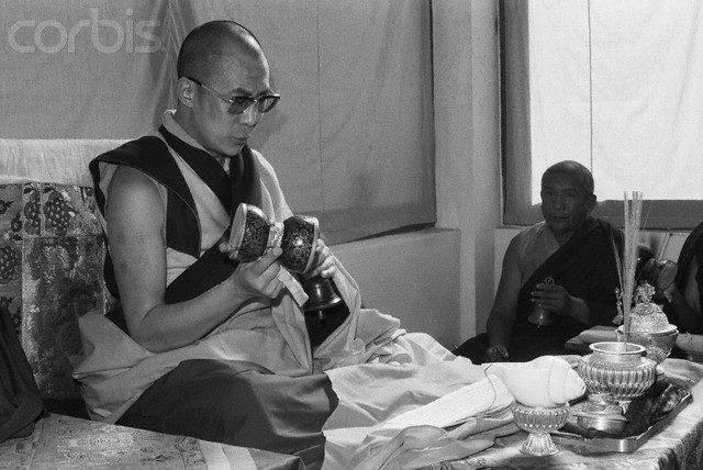 Sua Santità il Dalai Lama: Troviamo che la sofferenza del corpo viene spesso dalla mente. E, laddove il dolore fisico è il medesimo, una mente calma e felice soffrirà molto meno di una mente agitata ed inquieta.