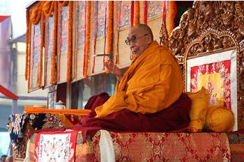 Sua Santità il Dalai Lama: Un famoso neuroscienziato, dopo aver approfonditamente studiato tutta il cervello mi disse che, dopo averlo studiato a fondo, era giunto alla conclusione che non esiste un'entità superiore, un'anima, un se' che governa la nostra sfera mentale.