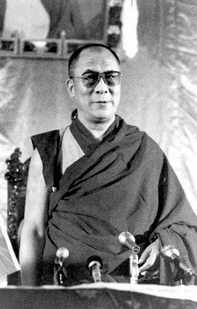 Sua Santità il Dalai Lama: Per praticare il tantra è necessario avere una buona comprensione della bodhicitta e della saggezza che comprende la vacuità. Dal profondo del nostro cuore dobbiamo avere l\'aspirazione sincera all\'atteggiamento altruistico o mente dell\'illuminazione e la visione della vacuità.