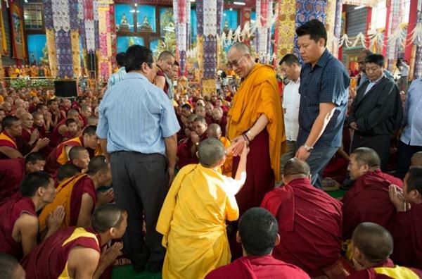 Sua Santità il Dalai Lama: Questa mente dell'egoismo che sperimentiamo piano piano, la possiamo cambiare in una altruistica. Ed ecco che, su questa base, si ottengono piano piano le felicità anche nel samsara .