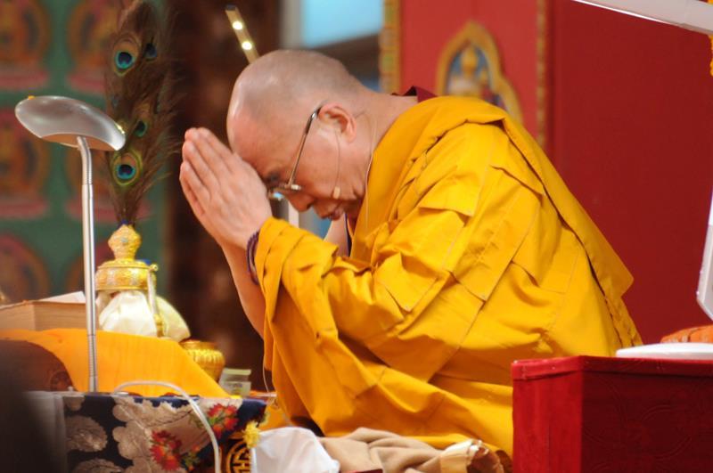 Sua Santità il Dalai Lama: Abbiamo ottenuto la preziosa rinascita umana, sulla cui base abbiamo la possibilità d'intraprendere la pratica buddista. E Budda insegnò le Quattro Nobili Verità, introdusse la verità della sofferenza e come eliminarla, basandosi sulla realtà.