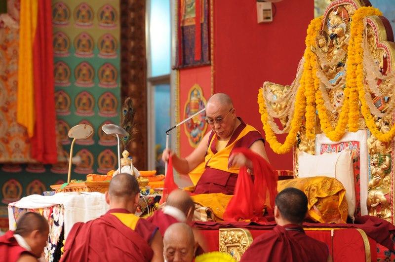 Sua Santità il Dalai Lama: Per eliminare le afflizioni le devi conoscere, devi conoscerne gli svantaggi. Perciò, giungerai a considerarle come tuoi nemici, ed allora sarà possibile applicare gli antidoti, come la realizzazione della vacuità e cosi via, altrimenti non sarà possibile eliminarli.