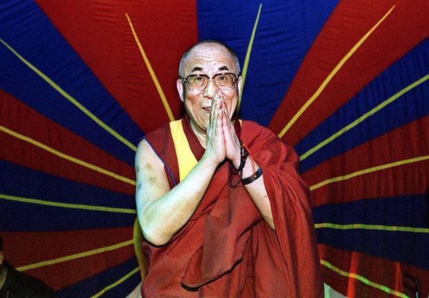 Sua Santità il Dalai Lama: Ritengo essenziale dire ai giovani: riconoscete le qualità umane che sono naturalmente presenti in voi. Edificate su di esse una sicurezza incrollabile e imparate a camminare con le vostre gambe!
