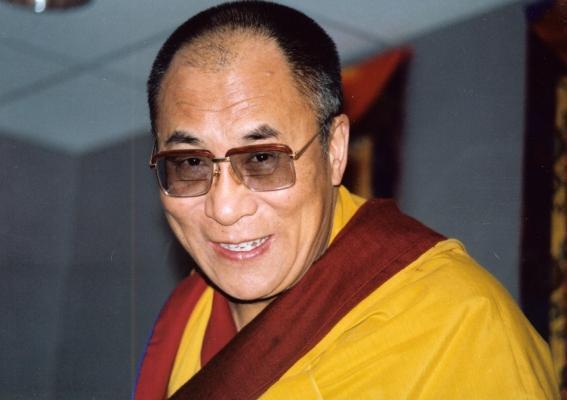 """Sua Santità il Dalai Lama: """"Il concetto di ahimsa, di non violenza,sta  guadagnando terreno. Al tempo del Mahatma Gandhi, uomo che venero, la non violenza passava più spesso per debolezza, per rifiuto di agire, quasi per vigliaccheria. Non è più così""""."""