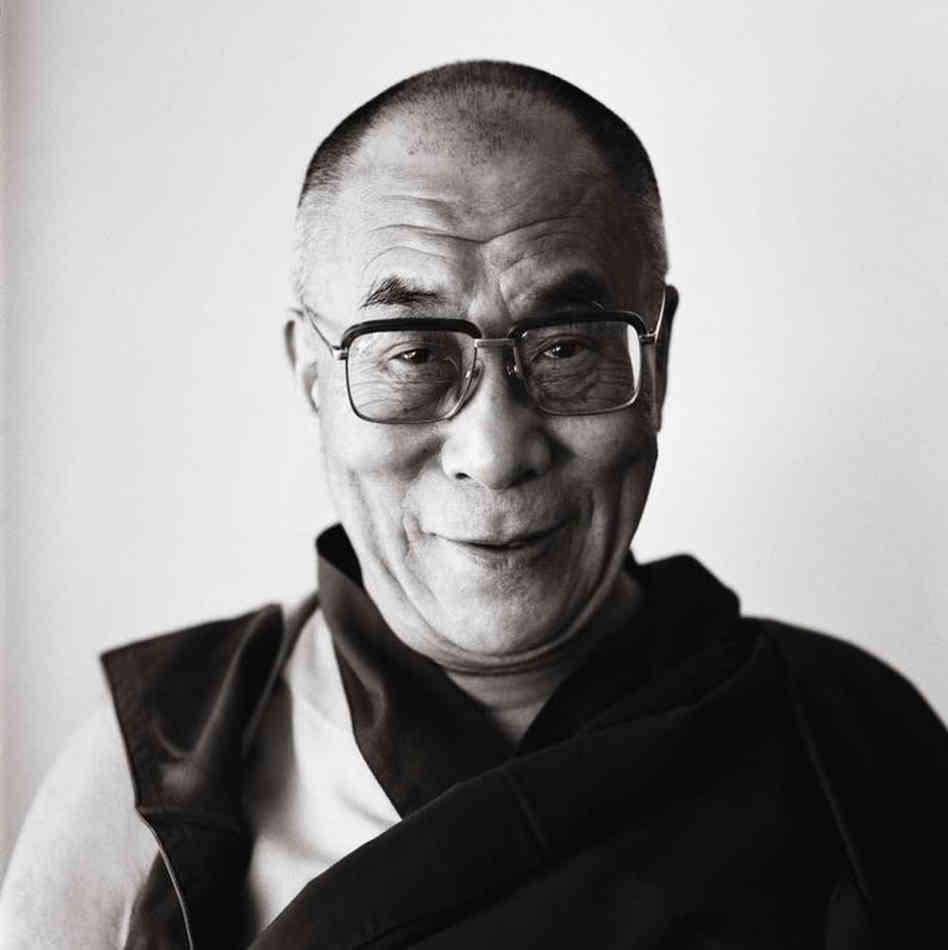 Sua Santità il Dalai Lama: L'unico vantaggio di essere ricchi è che si possono aiutare meglio gli altri.