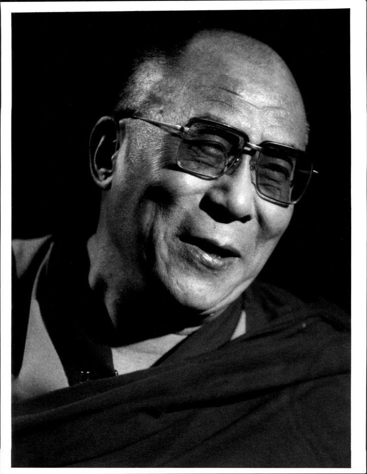 """Sua Santità il Dalai Lama: """"La fede, o il credo hanno nel buddhismo un posto limitato. Il Budda ci rimanda alla nostra verifica personale, e il suo insegnamento ci invita sempre a """"venire a vedere"""". Lungi dal bendarci gli occhi ordinandoci di credere, si sforza al contrario di eliminare in noi ogni punto oscuro, di aguzzare, di allungare il nostro sguardo."""""""