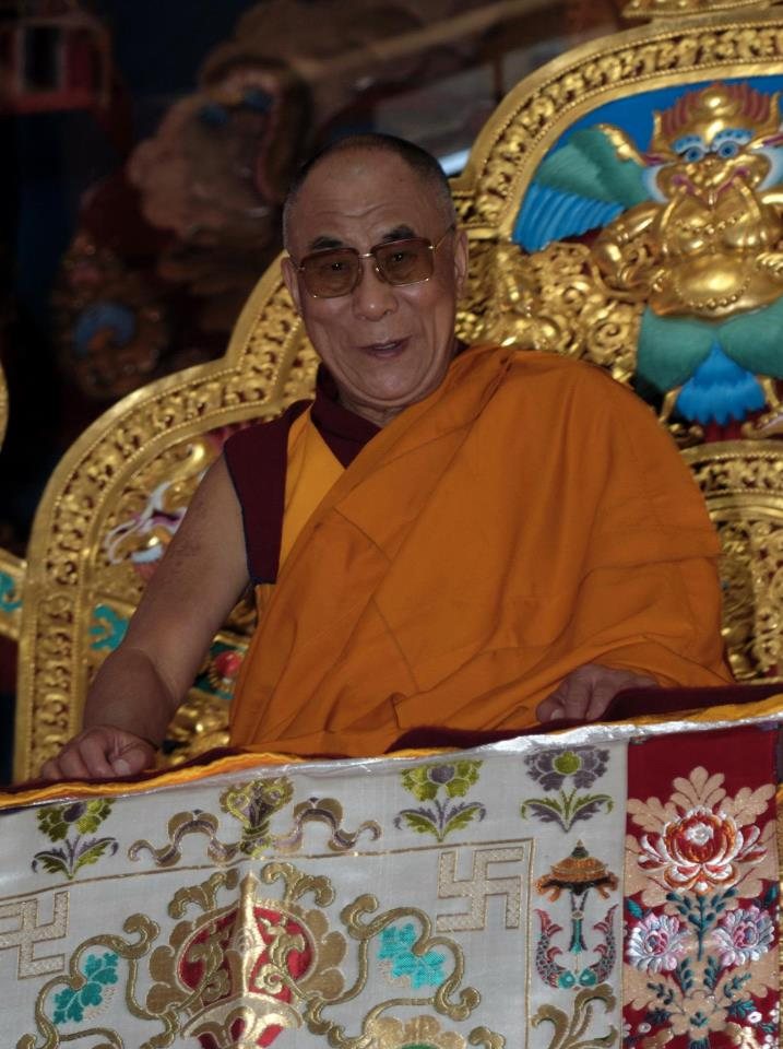 Sua Santità il Dalai Lama: è sufficiente occuparci degli altri nei pensieri e nelle azioni per sentirci felici e a nostro agio con noi stessi in questa vita, per non parlare delle vite future; per trovare qualcuno che ci parli e ci aiuti ogni volta che ci sentiamo in difficoltà; perché persino i nostri nemici diventino amici.