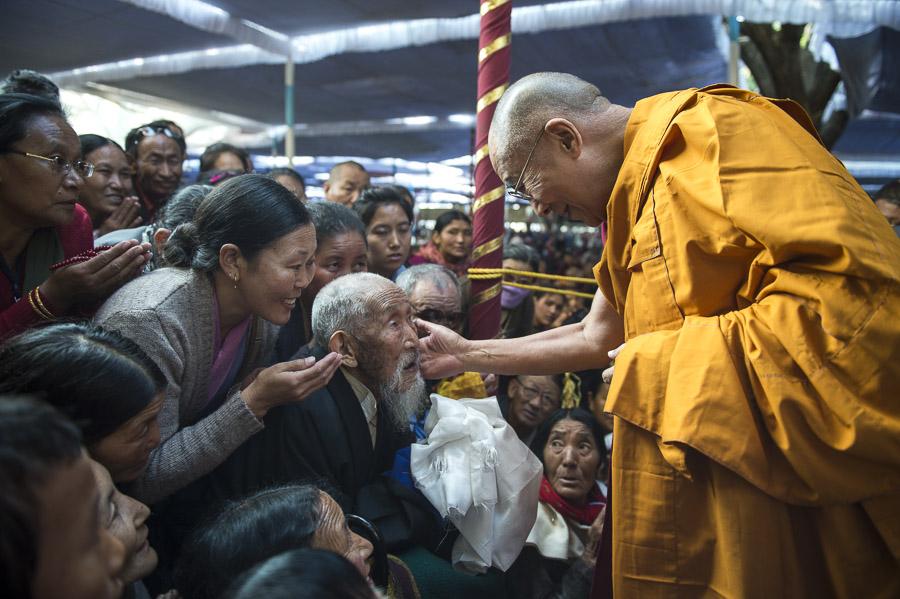 Sua Santità il Dalai Lama: Astenendoci dal commettere azioni non virtuose creiamo la radice per ottenere rinascite superiori.