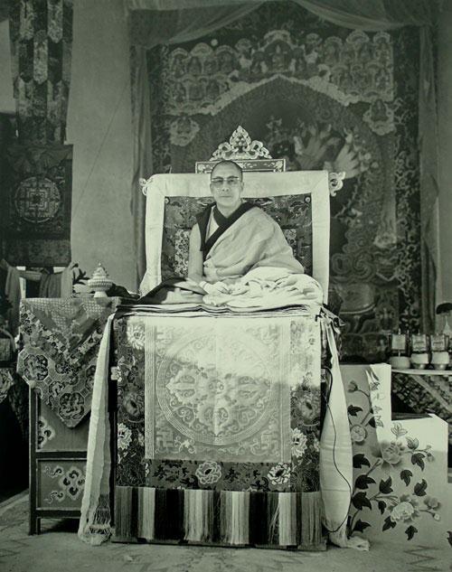 Sua Santità il 14° Dalai Lama: Il desiderio, l'odio, l'ignoranza rimangono i tre veleni e le delusioni più potenti, e un modo per contrastarli è quello di abbandonare la casa e il paese, è per questo che questa è la pratica di un Bodhisattva.