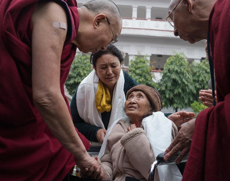 Sua Santità il Dalai Lama conforta un'anziana tibetana