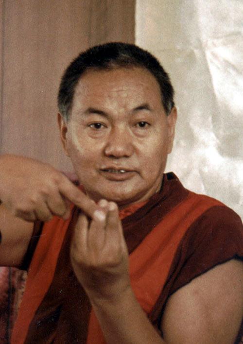 """Lama Tubten Yeshe (foto del 1983): """"Perché, quando l'ambiente cambia, anche il vostro comportamento cambia immediatamente ?""""."""