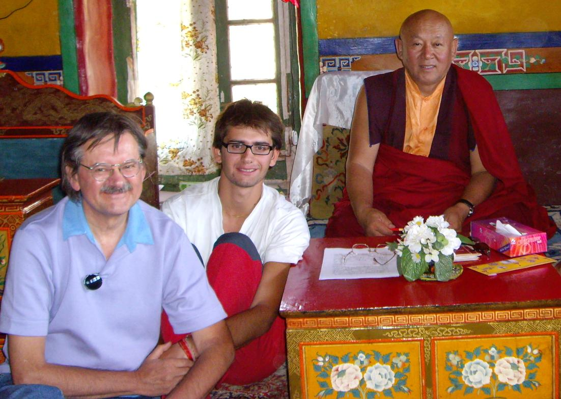 Sua Santità Drikung Kyabgon Chetsang Rinpoche col Dott. Luciano Villa e l'Ing. Alessandro Tenzin Villa