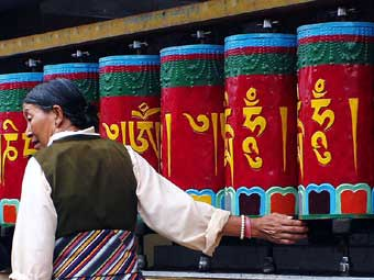 I tibetani utilizzano le ruote della preghiera per elargire a tutti gli esseri senzienti benedizioni spirituali e invocare un buon karma per la vita successiva.