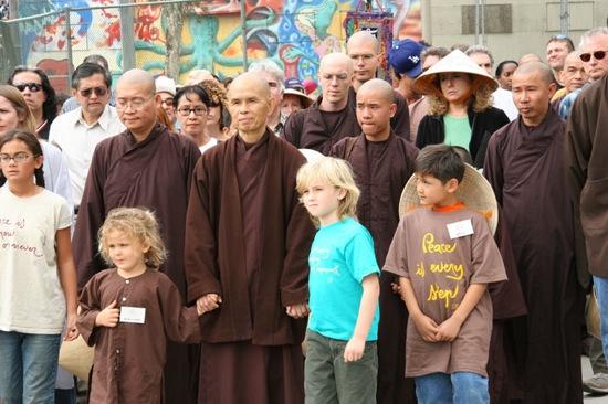 Il venerabile maestro Thich Nhat Hanh conduce un marcia per la pace.