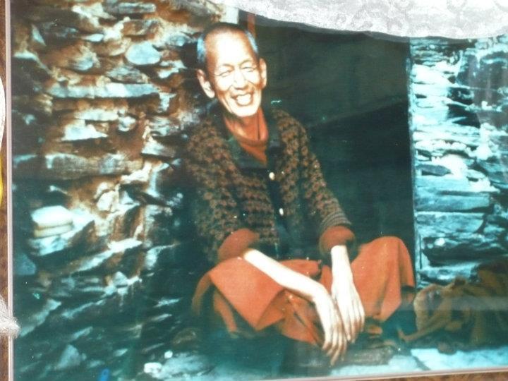 Ven. Ghesce Yesce Tobten nel suo eremo di Bool nellemontagne sopra Dharamsala, India
