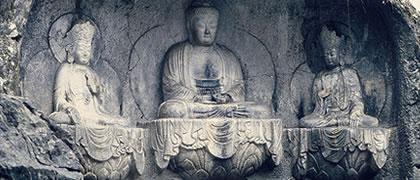 Il Buddismo si sta adattando ponendo l´enfasi su un approccio razionale e scientifico ai suoi insegnamenti. Il Buddismo spiega con chiarezza l'origine delle esperienze della vita e come possiamo relazionarci ad esse nel modo migliore.