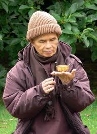 Thich Nhat Hanh: Nella dimensione ultima, ogni nascita e morte è un fenomeno superficiale. Non-nascita e non-morte sono la vera natura di tutte le cose. Questo è l'insegnamento della Via di Mezzo nel Buddhismo.