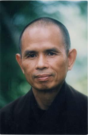 Thich Nhat Hanh: Nel nostro sangha buddhista la comunità è il nucleo di ogni cosa. Il sangha è una comunità dove dovrebbero regnare armonia, pace e comprensione. E questo è un frutto della nostra vita quotidiana in comune. Se c'è amore nella comunità, se siamo stati nutriti dall'armonia che vi regna, non ci allontaneremo mai dall'amore.