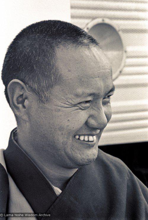 """Lama Yeshe. Una Lama disse: """"Quando le cose vanno bene, sei un grande praticante del Dharma; quando le cose vanno male, la tua pratica di Dharma scompare. Quando lo stomaco è pieno e il sole si riversa nella tua stanza, è facile guardare alla religione; ma quando sorgono le difficoltà, ti trovi a mani vuote."""""""
